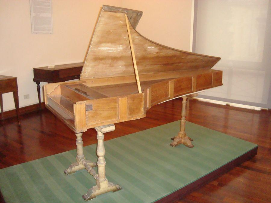 1722年製クリストフォリのピアノ(ウィキメディアコモンズより)